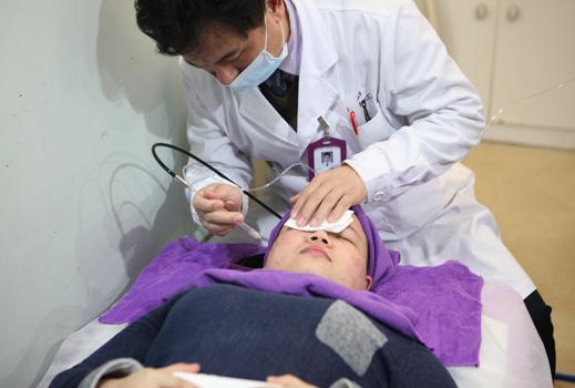 王溪涛医生正在为患者治疗过程图