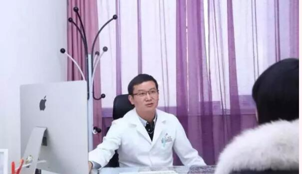 查锦东教授面诊中