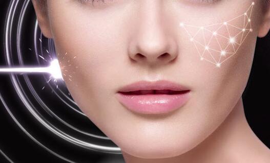 脸上有色斑,是很多美女们都不愿意看到的。因为大多数的美女们都是希望自己的脸部肌肤爱光滑美白的,颜值气质更加吸引人的。皮秒激光祛斑,是当前解决脸上色斑问题比较快的方法之一。那么,广州皮秒激光祛斑做几次效果好呢?下面,我们就来了解一下吧!    皮秒激光祛斑与传统激光祛斑的区别有哪些?   现在很多的美女们做激光祛斑都比较倾向于选择皮秒激光祛斑,这是为什么呢?
